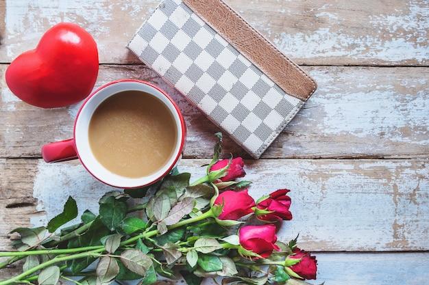 Tazza di caffè rosso con cuore e rosa concetto di giorno di san valentino