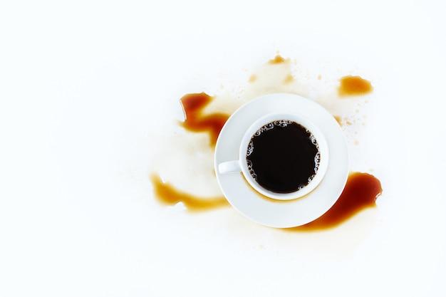 Tazza di caffè su bianco con macchie