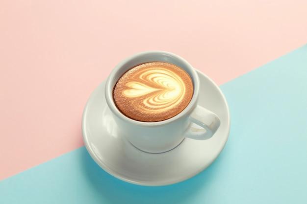 Tazza di caffè su sfondo blu e arancio