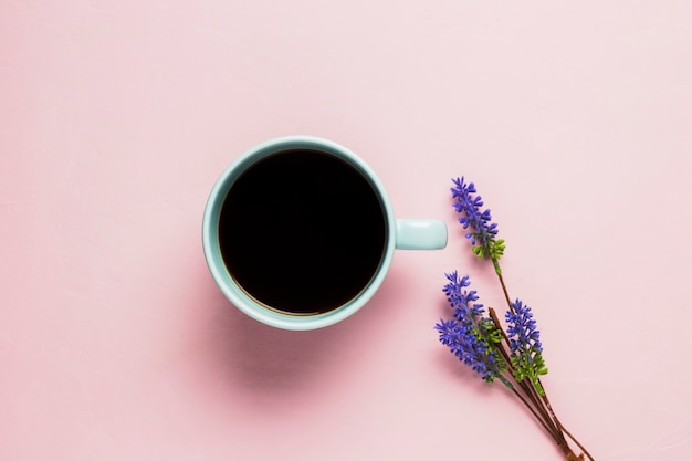 Tazza di caffè su sfondo rosa