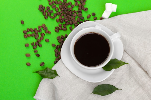 Tazza di caffè su sfondo verde.