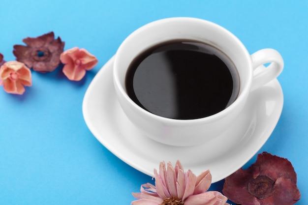 Tazza di caffè su un tavolo blu