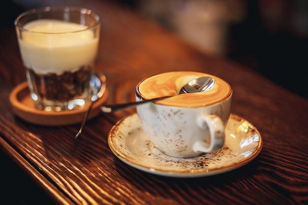 Tazza di caffè su un tavolo di legno. copia spazio cucchiaio sulla schiuma con caffè che non affonda