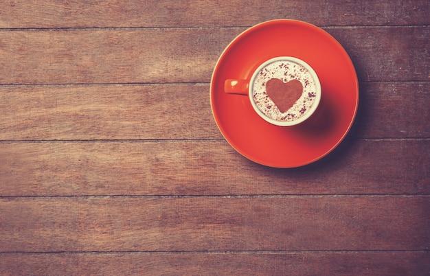 Tazza di caffè su un tavolo di legno.