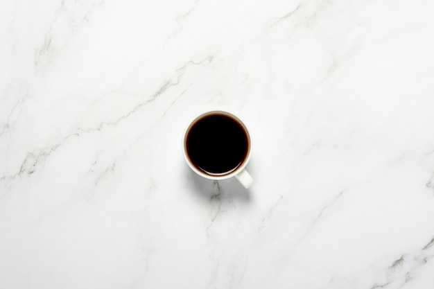 Tazza di caffè su un tavolo di marmo. colazione di concetto, caffè nero, caffè per la notte, insonnia