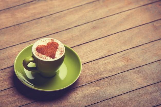 Tazza di caffè su una tavola di legno.