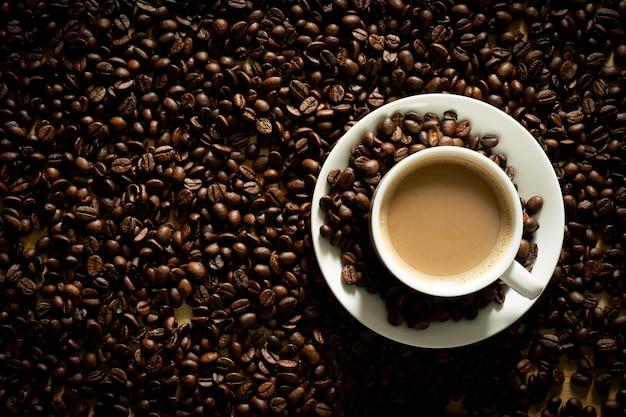 Tazza di caffè su uno sfondo di chicchi di caffè