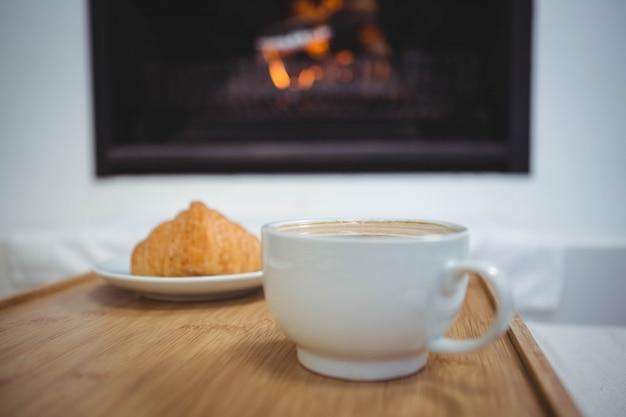 Tazza di caffè sul tavolo accanto al cibo dolce sul tavolo