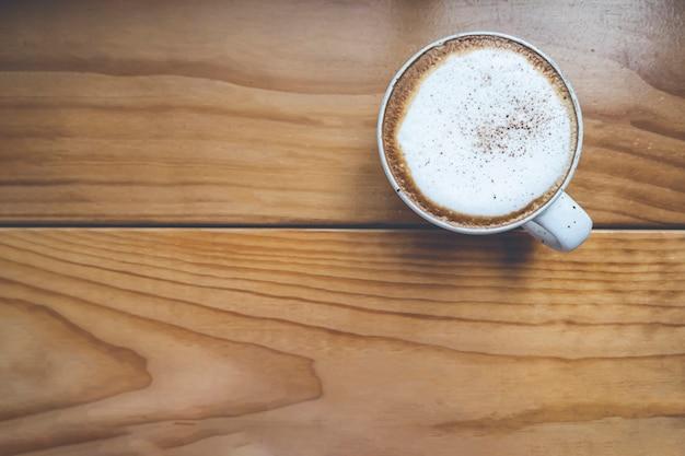 Tazza di caffè sul tavolo di legno nella caffetteria
