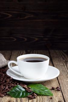 Tazza di caffè sul tavolo rustico in legno
