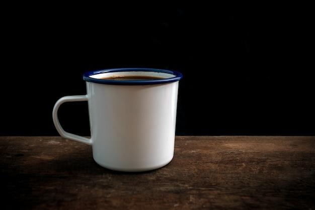 Tazza di caffè sul vecchio tavolo di legno