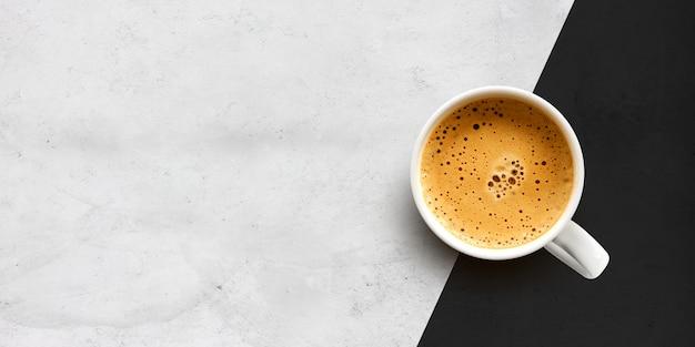Tazza di caffè sulla parete del tavolo di cemento