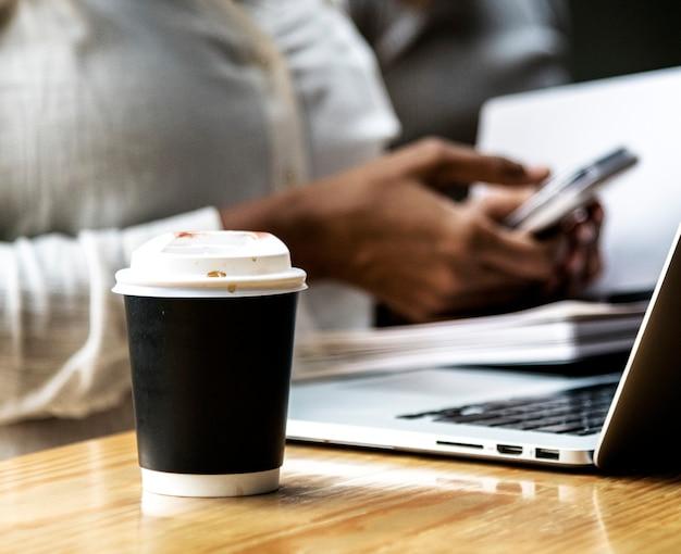 Tazza di caffè takeway in un ufficio