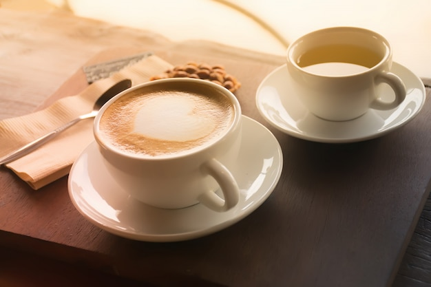 Tazza di caffè. tazza di caffè sul tavolo di caffè.