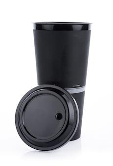 Tazza di caffè usa e getta isolata sulla superficie bianca