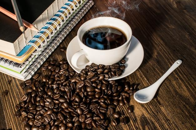 Tazza di caffè vista dall'alto su legno di sfondo