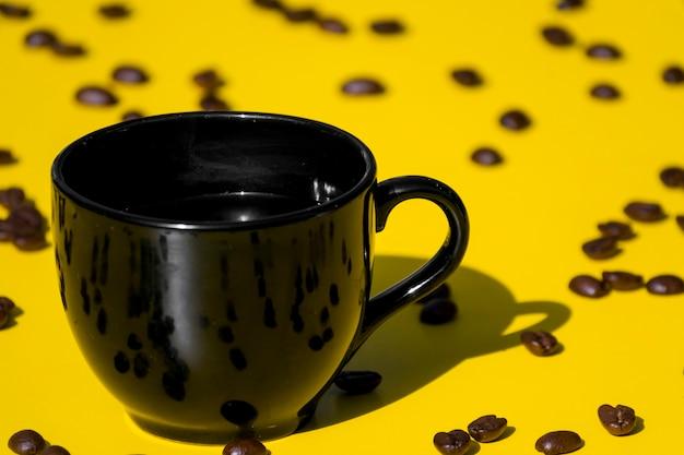 Tazza di caffè vuota con chicchi