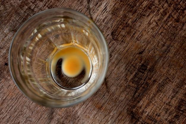 Tazza di caffè vuota dopo la bevanda con fondo di legno