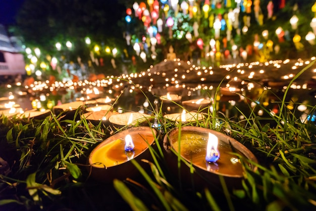 Tazza di candela stile vintage nel tempio tailandese di notte con bokeh bachground