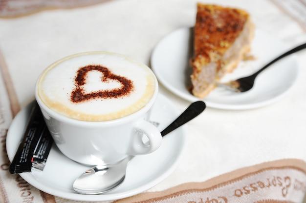 Tazza di cappuccino e torta
