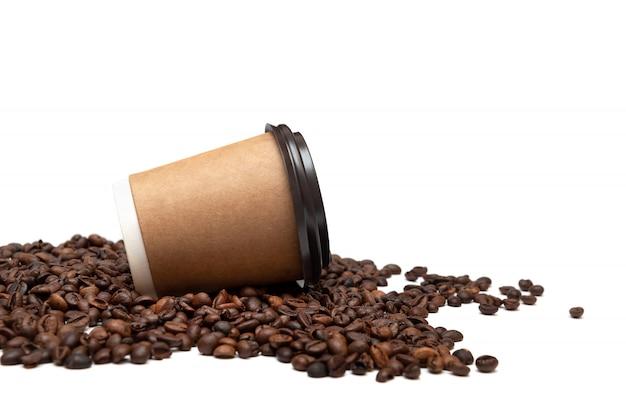 Tazza di carta con chicchi di caffè isolati su sfondo bianco