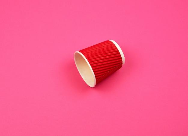 Tazza di carta rossa con bordi ondulati per bevande calde