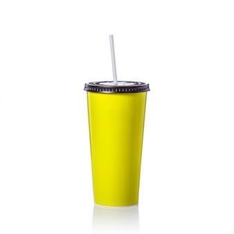 Tazza di carta verde in bianco con paglia per bibita o caffè.