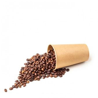 Tazza di cartone piena di chicchi di caffè. isolato.