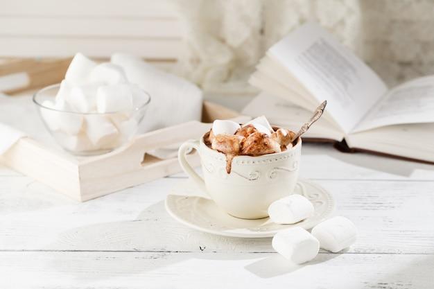 Tazza di cioccolata calda con marshmallow