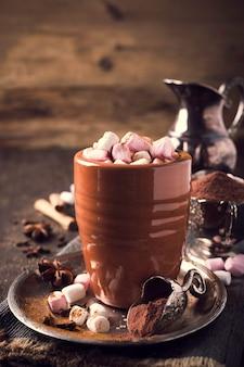 Tazza di cioccolata calda con mini marshmallow