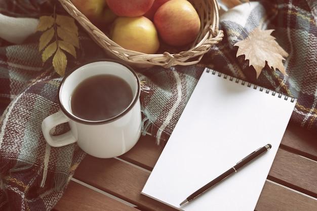 Tazza di concetto di autunno del tè