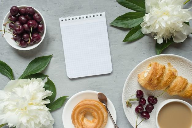 Tazza di crema di blocco note telaio peonie fiori di ciliegio peonia.