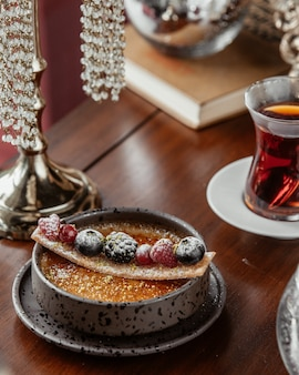 Tazza di dolcezza decorata con frutti di bosco
