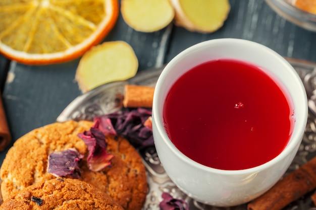 Tazza di frutta e tisane appena fatte, atmosfera scura. cerimonia del tè