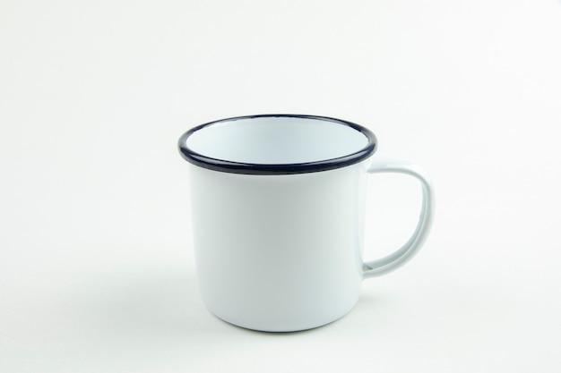 Tazza di latta bianca