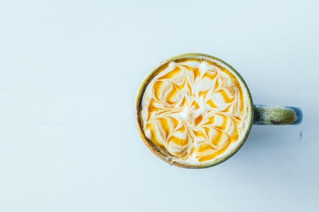 Tazza di latte macchiato al caramello caldo