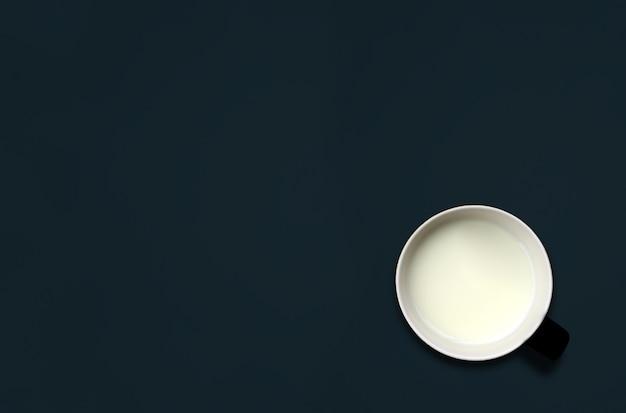 Tazza di latte sulla lavagna con spazio per testo