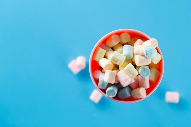 Tazza di marshmallow con sfondo blu
