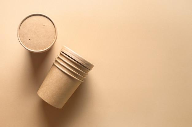 Tazza di minestra di carta artigianale su carta marrone. contenitore vuoto. pacchetto ecologico individuale. rifiuti zero.