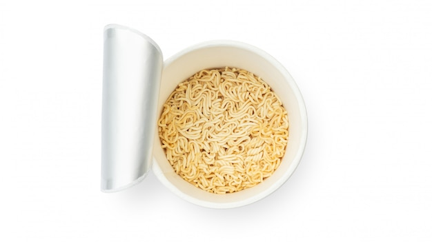 Tazza di noodles istantanei su uno sfondo bianco.