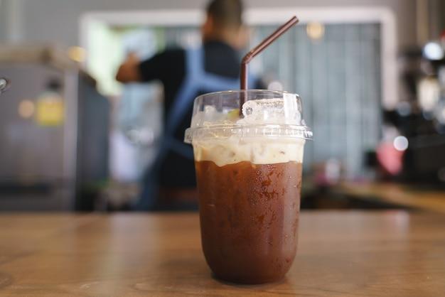 Tazza di plastica di caffè freddo e freddo