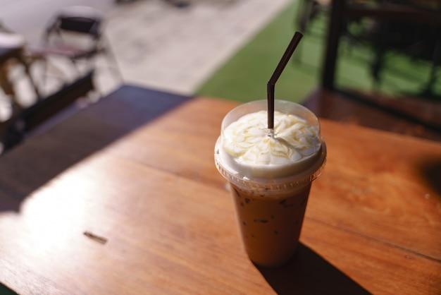Tazza di plastica di caffè latte ghiacciato