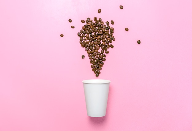 Tazza di polistirolo e chicchi di caffè