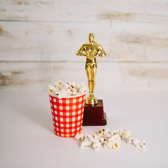 Tazza di popcorn e statuetta di oscar
