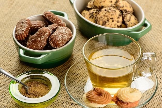 Tazza di tè al finocchio con cracker