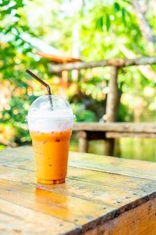 Tazza di tè al latte tailandese ghiacciata