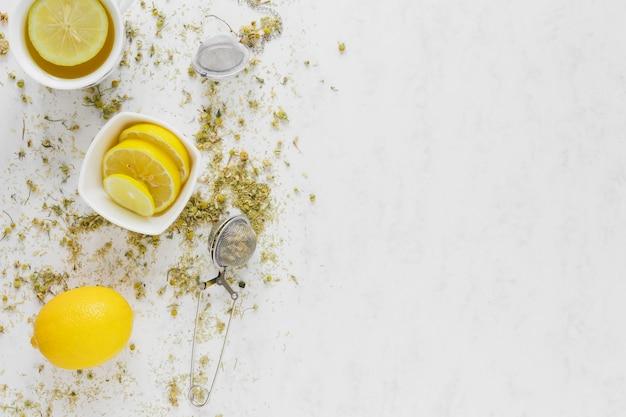 Tazza di tè al limone con spazio di copia