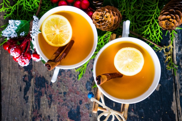 Tazza di tè al limone e decorazioni