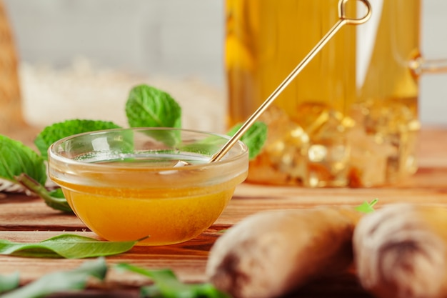 Tazza di tè al limone e miele