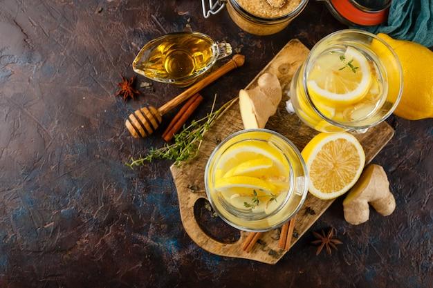Tazza di tè allo zenzero con miele e limone